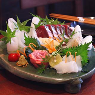 鰹タタキはもちろん藁焼きにこだわり、新鮮な魚介類も明神丸ならでは!!