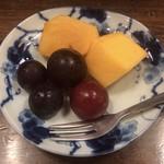馬春楼 - 季節のフルーツ(柿・葡萄)