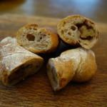 ワイ クニエダ - ゴルゴンゾーラとクルミのパンの断面