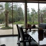 アパホテル&リゾート東京ベイ幕張 - 朝食会場から庭を