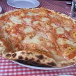 11813052 - ピッツア トマトとチーズのピッツァ