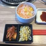 国産牛焼肉くいどん  - ランチカルビセットの野菜とキムチ