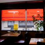 欧風カレー ボンディ - 店内からだとオレンジのテントが映える。