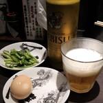 Karashibimisoramenkikambou - ビアは恵比寿、瓶かと思ったら缶でした。おつまみにネギの漬物が出ると知らず味玉を頼んでしまいました