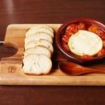 ケセランパサラン - まん丸カマンベールとトマトのアヒージョ