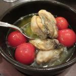 ワインカフェ - 牡蠣とプチトマトのアヒージョ 580円