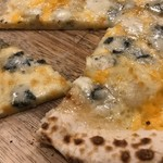 湯あがり食堂 - 4種チーズのピッツァ@1,000円