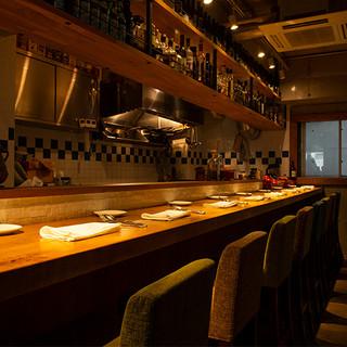 カウンター8席のみのモダン空間で、臨場感あふれる美食体験を