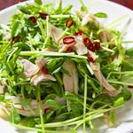 135酒場 - 鶏肉と豆苗サラダ