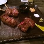 carnegico - 赤身肉ステーキ3種の盛り合わせ スタンダードとクオリティがあり、クオリティ5500円の ラムチョップを選択。ラムチョップは2本なので、それもカットしてくれました。 焼き具合もちょうどいい。