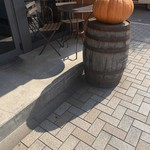 スケロク ダイナー - 外にかぼちゃとテラス席
