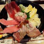 立飲み寿司 三浦三崎港 めぐみ水産 - まぐろづくし丼(上から)