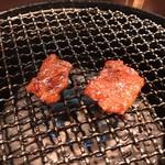 焼肉処 彩 - 切り落とし肉 焼いてます