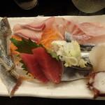 118270756 - 宝セットの刺身(秋刀魚の炙りと生、鰤、めばる、本まぐろ、ほたて、たこ)