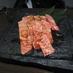 焼肉 蔵元 - お肉の最初は黒毛和牛特上ロースです。
