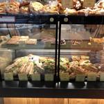 PAUL - (上)エクレア、ミルフィーユなどガトー (下)人気のクロワッサン、フランスパンのサンドイッチ