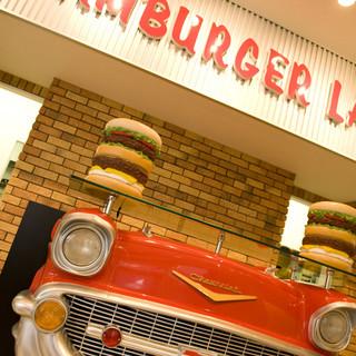 赤い車をモチーフにした店内で、お子様にもご好評いただいております☆