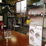 1183902 - 丸亀「上田うどん店」コの字型のカウンター席です。