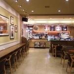 タリーズコーヒー - 2か所ある入口から見たところです。カウンター7席、2人テーブル席6席、4人ソファー席1席あります。