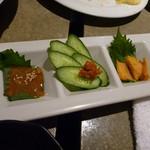 憧れの古民家×旬魚 よござんす - 日本の珍味三種盛(左からクチコ、練りウニ、カラスミ)