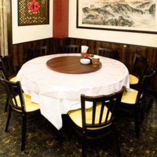 気の合う友人達との食事に、落ち着ける円形テーブルです!!