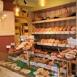 ベッケライ テューリンガー ヴァルト - 所狭しとパンが並びます。