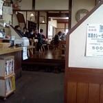 川野屋本店 - 奥の席は一段高くなっています