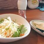 カレーカフェ はひふ - はひふカレーのサラダ、漬け物