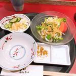 てんぷら 天杉 - 料理写真:サラダとお新香と塩、カレー塩