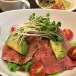 カフェ&ビアダイニング空門 - 牛ミスジ肉ローストビーフ丼セット