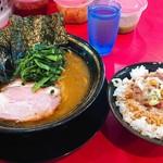 家系ラーメン とらきち家 - ラーメン並 ¥700 まかない丼¥180