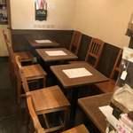 ローキートーン珈琲店 - 店内テーブル席