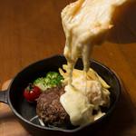 エアポートキッチン - 黒毛和牛ハンバーグのラクレットチーズ掛け