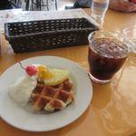 トップスピン - 料理写真:暫く待つと注文したケーキセット600円の出来上がり、飲み物はアイスコーヒーにしてもらいました。