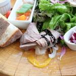 TEA HOUSE laCASA - ローストビーフと野菜のピクルス