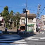 グータラ カフェ - 筑土八幡町 にある交差点の角にあります