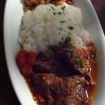 ロス・バルバドス - 8回目2012年3月1日ケニア料理 ゴンベとギゼリ:牛肉のピリ辛トマト煮込みと、豆とトウモロコシの炒め物
