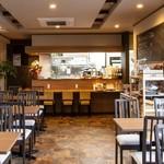 トラットリア・バンビーナ - 最大50名様まで収容可能な広くお洒落な店内で、バンビーナ自慢の料理をお楽しみくださいませ。