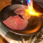 Taishuuwagyuusakabakonroyashimofuriwagyuunabetokoubegyuuhorumonteppanyaki - お通しの和牛炙り寿司