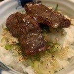 凱旋門 - ご飯+ネギムンチ+お肉+タレ=うまい!! ※卵があったら黄身をのっけて食らいたい(≧∇≦)