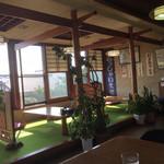 栄屋食堂 - 内観   テーブル席と小上がり席