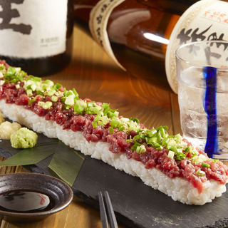 最後の直線にすべてを賭けろ!さしうま名物直線ユッケ寿司