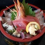 まるわ食堂 - まるわ丼アップ 魚は七種類 大葉の下にもちゃんと入っています