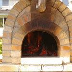 けいこおばさんのガーデンピッザ - まきを使った本格石釜焼きピザをローズガーデンで楽しめます