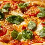 けいこおばさんのガーデンピッザ - 自家栽培のバジルをトッピングにした4種のチーズが楽しめます