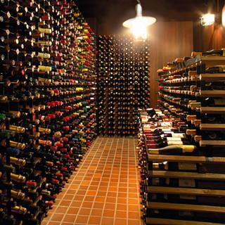 1,000種類のワインが並ぶ「王様のワイン蔵」からお気に入りのワインを♪