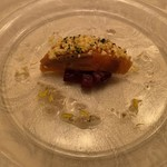 DINING 六区 - ビーツの上にデンマーク産サーモンの40°Cミキュイ(半生) 塩レモンソース