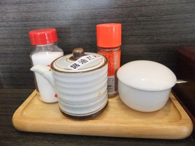 昭和ラーメン ふくや - 卓上調味料のアップ 【 2012年2月 】