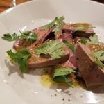マキーラ トウキョウ - しっとり豚レバーとパクチー、シェリーとビネガーのソース