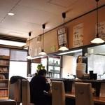麺ごころ佑庵 - 奥のテーブル席から入口方向